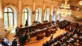 Poslanecká sněmovna má zmatečný systém omluvenek poslanců