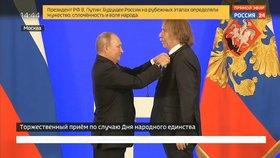 Ruský prezident Vladimir Putin udělil medaili českému písničkáři Jaromíru Nohavicovi. (4. 11. 2018)
