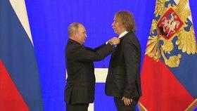 Ruský prezident Vladimir Putin udělil medaili českému písničkáři Jaromíru Nohavicovi (4. 11. 2018).