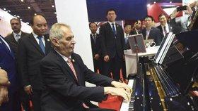 Prezident Zeman se zúčastnil zahájení importního veletrhu v Šanghaji. Zahrál si i na český klavír (5.11.2018)