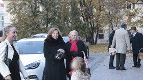 Livia Klausová slaví 75 let: Několik dní před oslavou se konala slavnostní mše. Na snímku Klausová s vnučkou (6. 11. 2018)