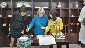 Ivana Zemanová se na návštěvě Číny setkala se studenty. Vyzkoušela si kaligrafii.