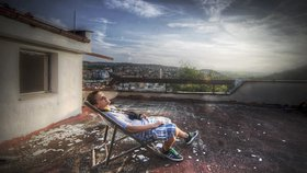Radomír na střeše opuštěné továrny v Praze