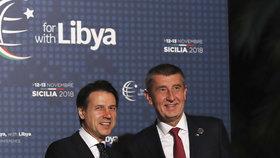Andrej Babiš se zdraví po příletu do Palerma s italským premiérem Giuseppem Contem.