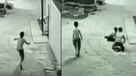 Chlapec přežil pád z 12metrové výšky díky kamarádovi.