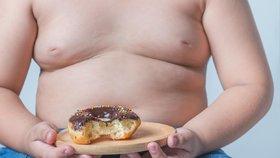 """Počet obézních dětí v Británii rapidně roste, odborníci chtějí zavést """"pudinkovou daň""""."""