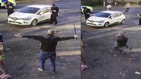 John Taylor ohrožoval kolemjdoucí i sebe katanou. Policisté ho postřelili a zpacifikovali.