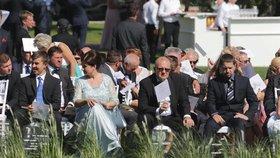 Na svatbu Andreje a Moniky Babišových dorazil i Andrej Babiš mladší, premiérův syn z prvního manželství (vpravo)