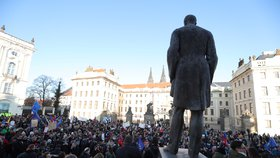 Protesty k výročí 17. listopadu na Hradčanském náměstí  v Praze. (17.11.2018)