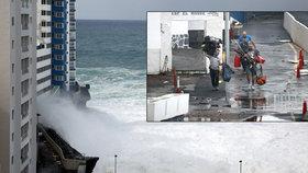 Obří vlny devastují španělské pobřeží.