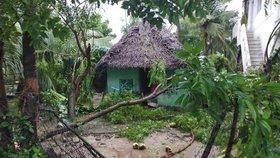 Protože menstruovala, nechali rodiče dívku spát ve staré chatě. Celý příbytek smetl cyklon Gaja a dívku usmrtil (ilustrační foto)