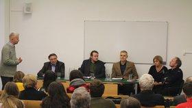 Generál Alojz Lorenc (druhý zleva) na akademické půdě. Na snímku je i docentka Barbora Osvaldová. (Fakulta sociálních věd Univerzity Karlovy, 23. 11. 2018)