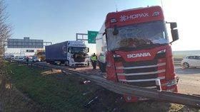 Nehoda tří kamionů zablokovala dálnici D1.