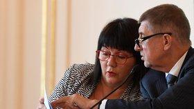 Ministryně financí Alena Schillerová a premiér Andrej Babiš (oba ANO) na setkání lídrů českého stavebnictví (26. 11. 2018)