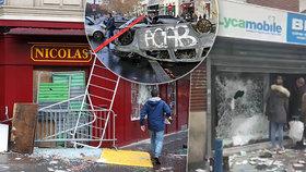 """Ve Francii pokračují masové protesty """"žlutých vest"""" kvůli zdražování cen pohonných hmot."""