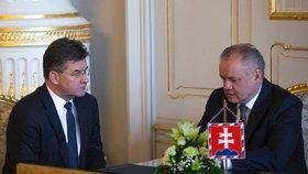 Stále ještě ministr zahraničí Slovenska Miroslav Lajčák diskutuje s prezidentem Andrejem Kiskou.