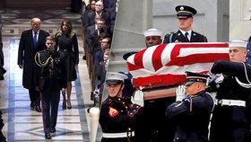 Ve washingtonské Národní katedrále začal státní smuteční obřad k uctění památky George Bushe staršího, který zemřel minulý týden ve věku 94 let. Piety se pod vedením kněze, který oddával i vévodkyni Meghan, účastní americký prezident Donald Trump i jeho demokratičtí předchůdci Barack Obama, Bill Cliton a Jimmy Carter (5. 12. 2018).