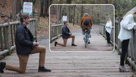 Mladík (25) připravoval žádost o ruku 3 měsíce a pak... romantickou chvíli překazil projíždějící cyklista!