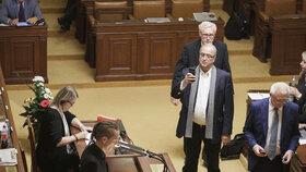 Poslanec ANO Jan Volný si fotí Piráta Ivana Bartoše ve Sněmovně