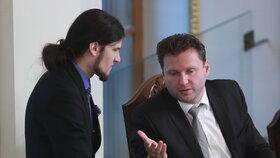 Šéf Sněmovny Radek Vondráček (ANO) s místopředsedou Vojtěchem Pikalem (Piráti)