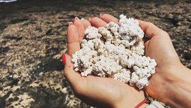 Písek na jednom z Kanárských ostrovů vypadá jako popcorn a plní sociální sítě