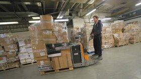 Matouš Cerman vozí balíky takzvaným »beletem«, tedy vozíkem na palety.