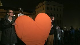 Stovky lidí uctívají průvodem na Hrad vzpomínku na Václava Havla