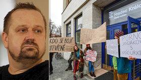 Jednání rady ČRo v H. Králové provází protest desítek lidí. Odmítají odvolání šéfredaktora Fischera.