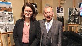 Ministryně práce a sociálních věcí Jana Maláčová (ČSSD) pózuje s předsedou Senátu Jaroslavem Kuberou (ODS).