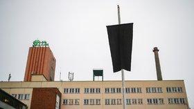 Na dole vlaje na památku zesnulých černý prapor