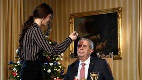 Prezident Miloš Zeman se 26. prosince 2018 v Lánech připravoval na natáčení vánočního projevu. První vánoční poselství v Zemanově druhém funkčním období odvysílaly ve 13:00 hlavní televizní i rozhlasové stanice.