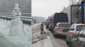 Dělníci sice na dálnici D1 nejsou, ale zato zde vyrostl epesní sněhulák