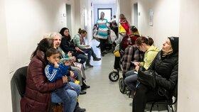 Některé pobočky úřadu práce nezvládají nápor, lidé čekají dlouhé hodiny. Na snímku situace na pobočce v Praze 4. (6.1.2019)