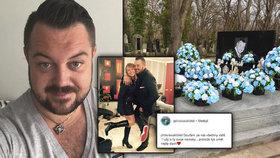 Kočkův hrob na jeho narozeniny zaplavily umělé růže: Blízcí na něj vzpomínají i na sociálních sítích.