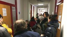 Archivní foto: Některé pobočky úřadu práce nezvládají nápor, lidé čekají dlouhé desítky minut. Na snímku situace na pobočce v Praze 4. (6.1.2019)