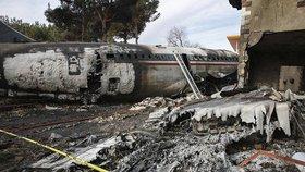 V Teheránu se zřítilo letadlo