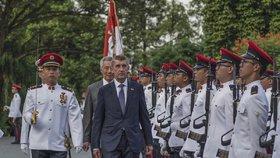 Českého premiéra čekalo v Singapuru uvítání vojenskými poctami (14.1.2018).