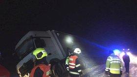 Dopravní nehoda nákladního automobilu za Horním Kramolínem ve směru na Teplou.