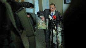 Jaroslav Kubera dostal od prezidenta při novoročním obědu knihu o Lánské oboře (16. 1. 2019).