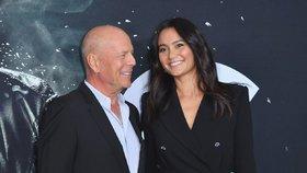 Bruce Willis a Emma Heming se k sobě na premiéře tulili.