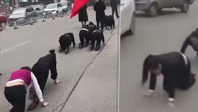 Zaměstnanci se museli v Číně plazit po ulici. Na příkaz svého šéfa