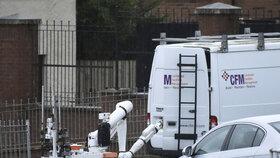Maskovaní muži v severoirském Londonderry unesli dvě vozidla, do nichž umístili výbušniny. Policisté je řízeně zlikvidovali.