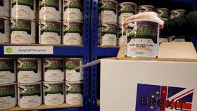 """Britský podnikatel James Blake prodal už stovky """"krabic poslední záchrany"""" plných zásob jídla pro případ, že by brexit zemi zcela ochromil. Krabice, která obsahuje sušené a konzervované porce jídel na 30 dní nebo třeba filtr na vodu, stojí 295 liber (asi 8600 korun). (23.1.2019)"""
