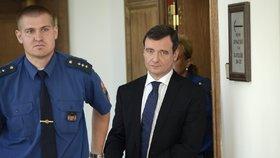 Davida Ratha k soudu policisté pravidelně vodili za pomoci nasazených pout. Rath by za to měl od státu získat odškodnění, rozhodl soud ve středu 23.1.2019