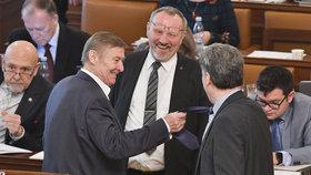 Návrh na zdanění náhrad za církevní restituce prošel 3. čtením ve Sněmovně: Komunisté Kováčik a Grebeníček se dobře bavili. (23. 1. 2019)