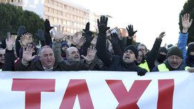 Madridští taxikáři blokují vstup na veletrh. Protestují proti připravovaným změnám taxislužeb.