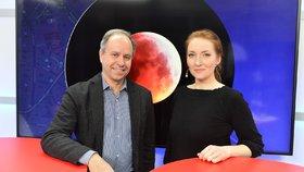 Pavel Suchan z Astronomického ústavu Akademie věd byl hostem pořadu Epicentrum. Vpravo moderátorka Klára Brunclíková.