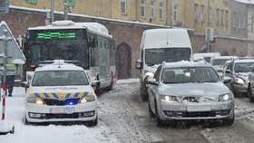 Čerstvý sníh komplikoval 28. ledna ráno dopravu na jihomoravských silnicích a způsobil kalamitu v hromadné dopravě zejména na Znojemsku, Břeclavsku a v Brně