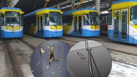 """Ostravský typ tramvají """"vystřeluje"""" kovové součástky: Může zabíjet! Tvrdí expert."""