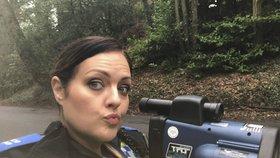 Policistka Anna si vášnivě fotí v práci selfie.